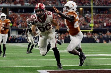 Oklahoma tight end Grant Calcaterra catches a touchdown pass against Texas during the 2018 Big 12 championship game.